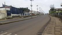 Une rue déserte dans la capitale de la Sierra Leone, au premier jour de confinement de la population pour lutter contre le virus Ebola. Freetown, le 19 septembre 2014. REUTERS/Umaru Fofana