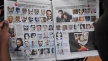 Un homme lit le journal qui publie les portraits des victimes de l'attentat du centre commercial du Westgate. AFP PHOTO / SIMON MAINA