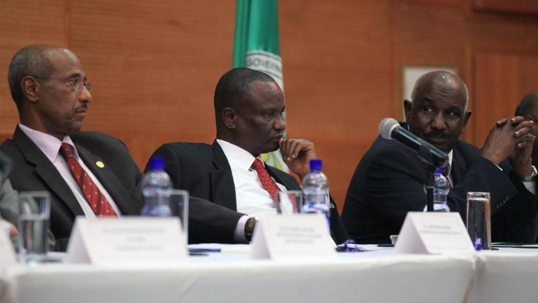 Le médiateur en chef de l'Igad, Seymoun Mesfin (g), le chef de la délégation rebelle Taban Deng (c) et l'envoyé spécial de l'Igad Mohammed Ahmed Mustefa, lors de l'ouverture des négociations sur le Soudan du Sud, le 11 février à Addis-Abeba.