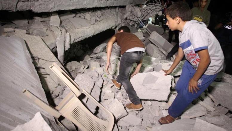 Des Palestiniens inspectent ce qu'il reste de la maison de Hussam Qawasmeh, le 18 août 2014,désigné, dès la mi-juillet, comme le principal suspect dans la mort des jeunes Israéliens. AFP PHOTO/ HAZEM BADER