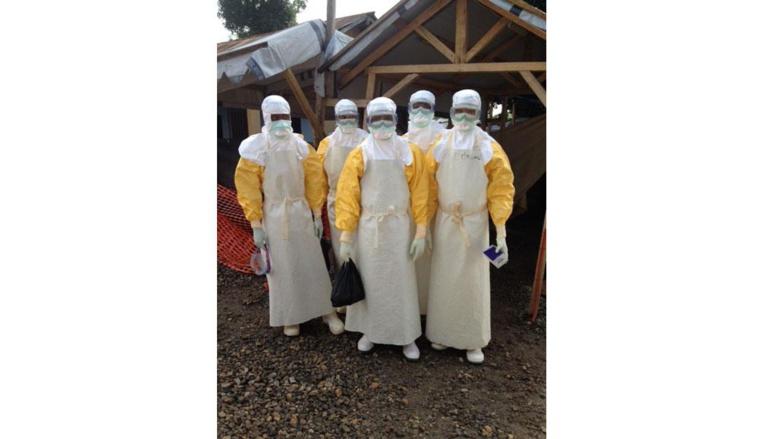 Une équipe de médecins s'apprete à se rendre chez les malades d'Ebola à Gueckedou, en Guinée, dans le Centre de traitement Ebola de MSF. RFI / Olivier Rogez