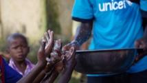 Le personnel de l'Unicef, ici à Conakry, en Guinée, en campagne de prévention - importance de se laver les mains - contre le virus Ebola, auprès des enfants, le 15 septembre 2014. REUTERS/Timothy
