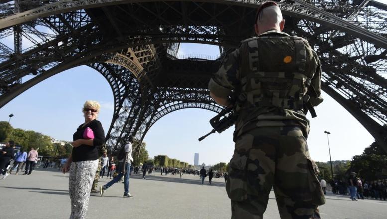 Dans le cadre du plan Vigipirate, des militaires patrouillent sous la Tour Eiffel, à Paris, le 23 septembre 2014. AFP PHOTO LIONEL BONAVENTURE
