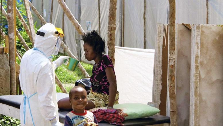 Un soignant s'occupe d'un malade d'Ebola à l'hôpital de Kemena, au Sierra Leone. handout photo provided by Unicef