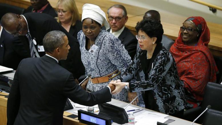 Barack Obama serrant la main de Margareth Chan, la directrice de l'OMS à l'ONU, le 25 septembre 2014. REUTERS/Kevin Lamarque