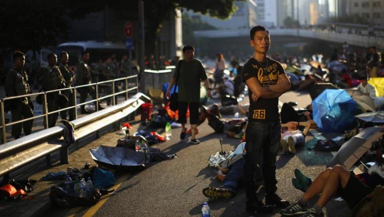 Les manifestants pro-démocratie bloquent une des principales avenues du quartier d'affaires de Hong Kong. Ils ont érigé des barricades dans la nuit, après avoir subi les assauts de la police antiémeute. REUTERS/Carlos Barria