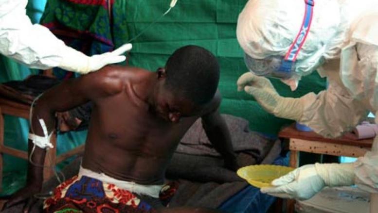 Une équipe médicale de Médecins sans frontières (MSF) traite un patient suspecté d'avoir attrapé le virus Ebola. Photo: Reuters
