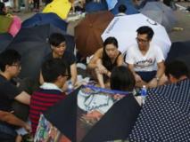 Des manifestants jouant aux cartes près du siège du gouvernement,le 30 septembre 2014. REUTERS/Carlos Barria