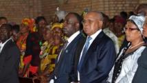 Etienne Tshisekedi (Centre D) aux côtés d'Eugène Diomi Ndongala (Centre G) à l'église Notre-Dame de Kinshasa, le 22 Juin 2012. AFP PHOTO / JUNIOR DIDI KANNAH
