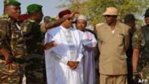 Le président nigérien Mahamadou Issoufou dans un camp d'entraînement militaire près de Ouallam à 100 km de Niamey en Janvier 2013