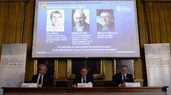 Les photos des lauréats du prix Nobel de chimie - les Américains Eric Betzig (g) et William Moerner (d) et l'Allemand, Stefan Hell (c) - sont projetées sur un écran lors de l'annonce du prix, le 8 octobre 2014 à Stockholm