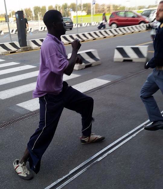 Un sans papier face à deux policiers Italiens-Regardez