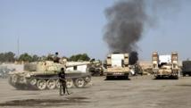 Des combats entre groupes armés dans le quartier général de la Brigade Qaqaa, à Tripoli, le 24 août 2014. REUTERS/Stringer