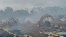 Tentes calcinées et débris fumants, tout ce qui reste du camp de déplacés de Nahibly, le 20 juillet 2012. Reuters