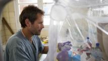 Mweka, en RDC, octobre 2007. Un expert travaille dans un laboratoire mobile consacré au diagnostique du virus Ebola.