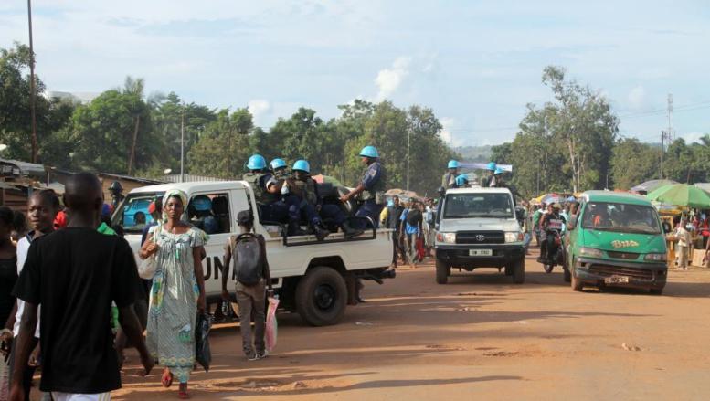 Un patrouille de casques bleus dans le quartier de Sango à Bangui où les tensions restent vives, le 15 octobre. AFP PHOTO / STRINGER