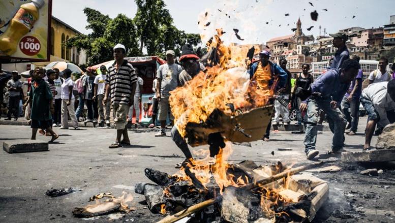La tension est montée lors de la manifestation interdite qui a réuni des partisans de l'ancien président Ravalomanana, à Antananarivo, le 18 octobre 2014.