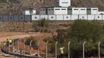 Des ouvriers marocains construisent une cloture à la frontière avec l'Algérie, le 23 août 2014. AFP PHOTO / FADEL SENNA