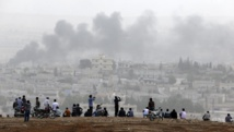 Des Kurdes de Turquie observent les combats qui se livrent à Kobane. REUTERS/Umit Bektas