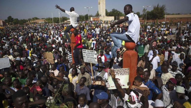Une foule monstre a envahi la place de la Nation à Ouagadougou, le 28 octobre 2014. REUTERS/Joe Penney