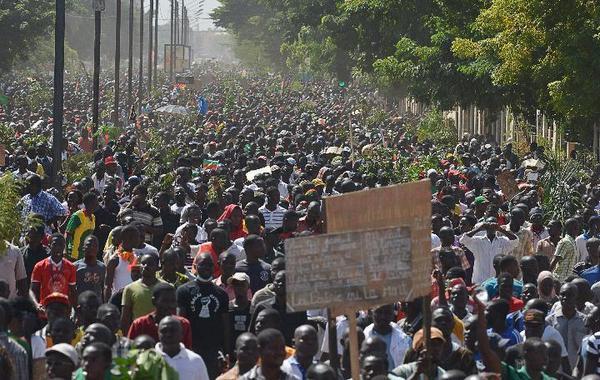 LiveTweet-Burkina: grève générale peu suivie après une manifestation historique