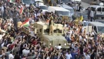 Le convoi des peshmergas escorté par la foule, ce mercredi 29 octobre, à Kiziltepe, près de Mardin, en direction de la frontière turco-syrienne.