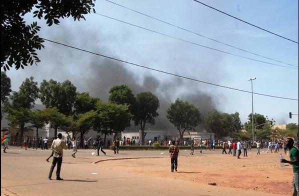 Urgent - Burkina: Les manifestants se dirigent vers le Palais, des tirs tonnent, Compaoré serait en fuite