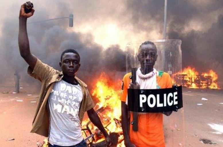 Les Burkinabè chassent Compaoré, l'armée prend le pouvoir