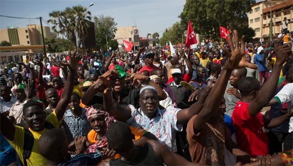Direct-Burkina : les manifestations ont repris. Des dizaines de milliers de personnes place de la Nation