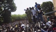 Le lieutenant-colonel Zida harangue la foule, le 31 octobre 2014 à Ouagadougou. REUTERS/Joe Penney