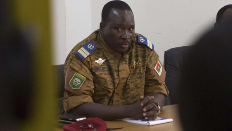 Le lieutenant-colonel Isaac Zida, lors d'une rencontre avec des représentants de l'opposition burkinabè, le 2 novembre 2014 à Ouagadougou. REUTERS/Joe Penney