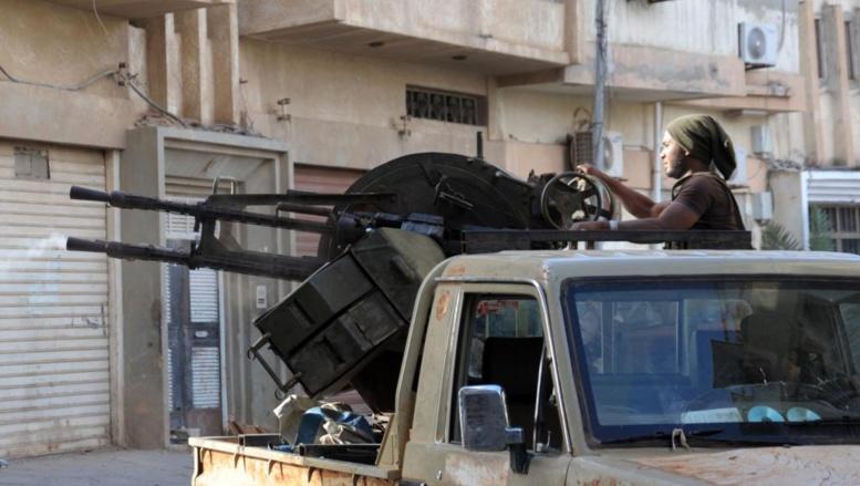 Un membre des forces pro-gouvernementales à Benghazi pendant les combats face aux islamistes, le 2 novembre. AFP PHOTO / MOHAMED EL-SHEIKHI
