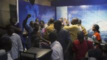 Bousculade sur le plateau de la télévision nationale, à Ouagadougou, où un général et une députée ont voulu tour à tour se proclamer chef de l'Etat, dimanche 2 novembre. REUTERS/Joe Penney