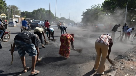 Burkina Faso : Après avoir « balayé Compaoré », les Burkinabé balaient les rues de Ouaga