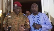 Le lieutenant-colonel Yacouba Isaac Zida, chef de l'État provisoire et Zephirin Diabre, l'un des leaders de l'opposition, dimanche 2 novembre à Ouagadougou. REUTERS/Joe Penney