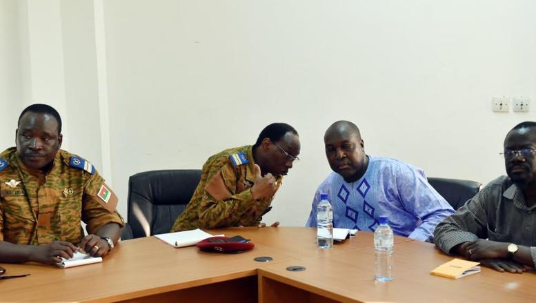 Le lieutenant-colonel Isaac Zida, lors d'une rencontre avec Zéphirin Diabré et Benewende Sankara, le 2 novembre 2014 à Ouagadougou. AFP PHOTO / ISSOUF SANOGO