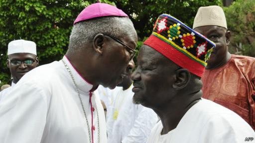 (photo d'archives) Archevêque de Ouagadougou Philippe Ouedraogo (G) félicite le chef traditionnel burkinabé Mogho Naba Baongo (D), roi des Mossi, au carré de la Place de la Nation à Ouagadougou le 19 Août 2012,