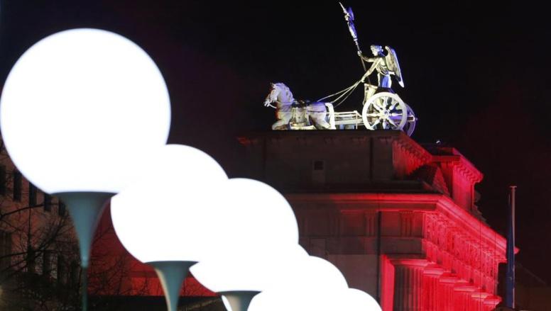La porte de Brandebourg est l'un des symboles de la ville de Berlin. Les ballons qui symbolisent le Mur seront lâchés ce dimanche soir, symbole d'une nouvelle ouverture de la frontière. REUTERS/Fabrizio Bensch