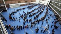 Les Catalans font la queue pour participer au vote symbolique sur l'indépendance sur la Catalogne, ici à Barcelone, le 9 novembre 2014. REUTERS/Albert Gea