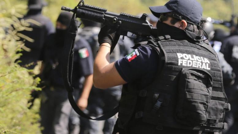 Un manifestant déplace une barrière devant le palais présidentiel, à Mexico, le 8 novembre 2014. REUTERS/Edgard Garrido