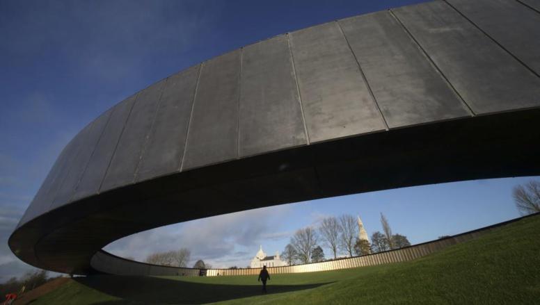 François Hollande doit inaugurer l'« Anneau de la Mémoire » de Notre-Dame-de-Lorette où sont gravés les noms de 580 000 combattants, à Ablain-Saint-Nazaire, près d'Arras.