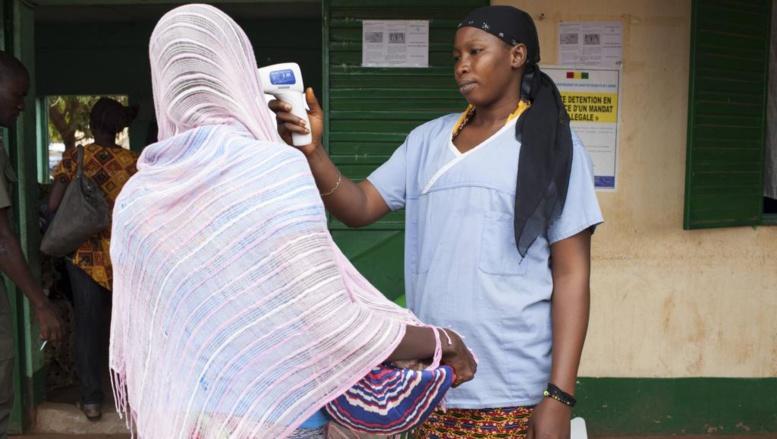 Contrôle de la température à Kousemale, une ville malienne proche de la frontière guinéenne, le 2 octobre 2014. REUTERS/Joe Penney
