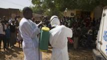 Le personnel de santé s'équipe avant d'aller désinfecter une mosquée où aurait été entreposé le corps d'un imam mort d'Ebola, à Ouagadougou, le 14 novembre 2014.