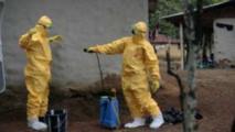 Des travailleurs d'un centre de traitement contre Ebola