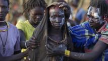 Une femme du peuple Pokot est emmenée à l'écart après avoir été circoncise, dans un village à 80 km de la ville de Marigat, le 16 octobre 2014. REUTERS/Siegfried Modola