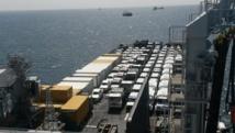 Les véhicules et containers remplis de matériel d'urgence envoyé par l'Union européenne aux pays ouest-africains touchés par l'épidémie d'Ebola, le dimanche 16 novembre 2014 au port de Dakar (Sénégal).
