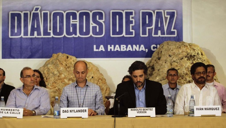 Le chef de la délégation du gouvernement colombien Humberto De la Calle (g) et le négociateur des FARC Iván Marquez (d) lors d'une déclaration commune à La Havane, le 6 novembre 2013. REUTERS/Desmond Boylan