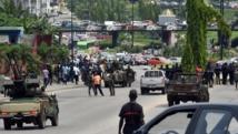 Les soldats ivoiriens bloquent l'une des rues principales d'Abidjan, le 18 novembre 2014. AFP PHOTO / ISSOUF SANOGO