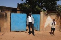 Valentin Sankara devant la concession familiale à Ouagadougou, le 22 novembre. RFI/Guillaume Thibault