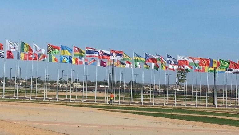 Les drapeaux flottent devant le centre de conférence de Diamniadio où se déroule le XVe sommet de la Francophonie de Dakar, Sénégal.
